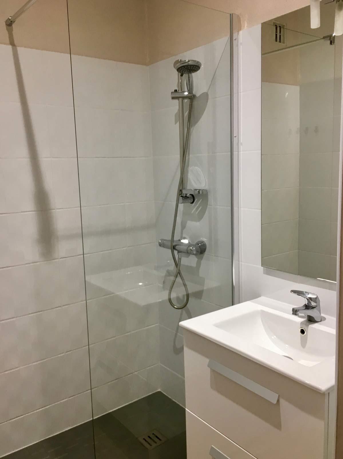 Salle de douche les gîtes de Raverl