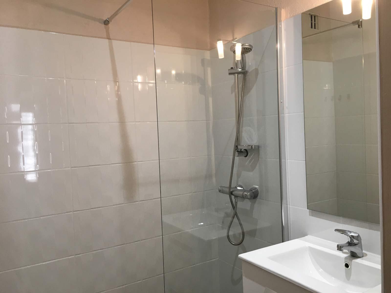 Salle de douche rose